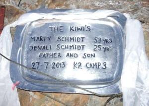 La targa commemorativa posta al memorial Gilkey (Photo Adrian Hayes courtesy of  www.facebook.com/adrianmhayes)