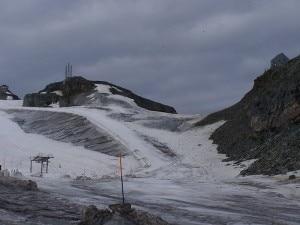 Il valico alpino del Colle del Teodulo e sulla destra il Rifugio Teodulo (Photo courtesy of commons.wikimedia.org)