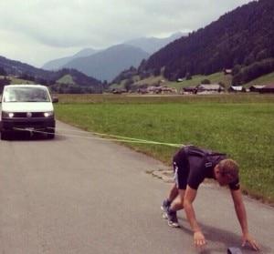 Un atleta della squadra di sci svizzera sta per iniziare il traino di un autoveicolo (Photo courtesy of FIS twitter account)