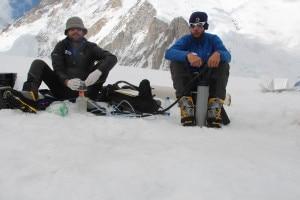 Roberto Ambrosini e Umberto Minora filtrano un campione di neve disciolta raccolta nei pressi del campo 1 del Gasherbrum per raccogliere i batteri presenti nella neve