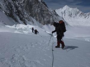 Luigi Bonetti,  Astrid Lambrecht e Christoph Mayer salgono in cordata al campo alto verso il Gasherbrum La