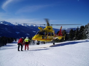 Elicottero durante un'operazione di soccorso su una pista da sci (Photo courtesy of Wikimedia Commons)