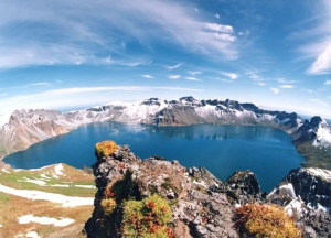 La montagna Baitou o Baekdu è la vetta più alta della penisola coreana e della catena montuosa Baekdudaegan (Photo courtesy of commons.wikimedia.org)