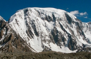 Plateau Peak parete sud che si alza sopra il Sakang Lungpa Glacier (Photo Divyesh Muni - aaj.americanalpineclub.org)