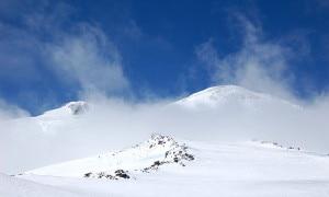 La vetta dell'Elbrus sferzata dai venti (Photo courtesy of Flickr/Wikimedia Commons)