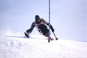 Sciatore diversamente abile che ha perso l'uso di entrambe le gambe (Photo courtesy of Wikimedia Commons)