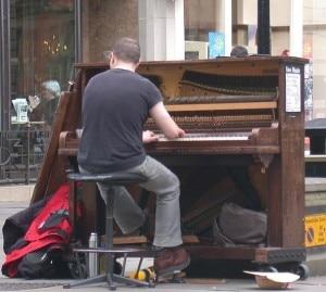 Pianista suona tra le strade di una città (Photo courtesy of Wikimedia Commons)