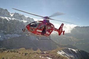 L'elicottero dell'Aiut Alpin Dolomites è intervenuto sul luogo dell'incidente (Photo Roland Oster courtesy of www.aiut-alpin-dolomites.com)