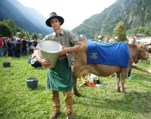 Il re dei mungitori e recordman Nicolò Quarteroni con la sua mucca Giardi (Photo courtesy Ufficio Stampa Fiera di San Matteo)