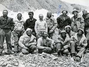 Parte dei componenti della spedizione italiana del 1954 sul K2. Bruno Zanettin è il secondo da sinistra nella fila di uomini in basso (Photo courtesy of  Serafino Cosson/Ignesti Foto/DimensionMontagne)