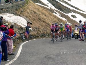 Gli atleti del Giro d'Italia 2006 affrontano la salita al Passo Gavia (Photo Arnaldo Zitti courtesy of WikiMedia Commons)