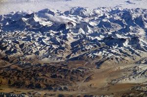 Himalaya visto dal cielo. L'Everest è la montagna più alta al centro. (Photo courtesy of Nasa/Wikimedia Commons)