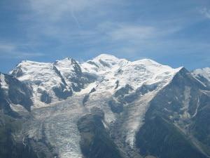 Monte Bianco. A sinistra, nella parte bassa, il ghiacciaio dei Bossons dov'è stata trovata la pellicola (Photo courtesy of Wikimedia Commons)