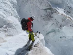 Federico Colli con gli sci sull'Icefall (photo lhotseskichallenge.com)