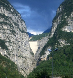 La diga del Vajont vista da Longarone (Photo Commons Wikipedia Emanuele Paolini)