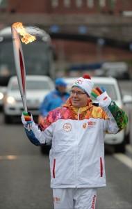 Il principe Alberto di Monaco porta la torcia olimpica tra le strade di Mosca (Photo courtesy RIA Novosti/The Voice of Russia)