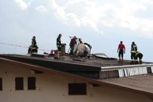 Vigili del fuoco al lavoro per la rimozione dell'elicottero caduto sul tetto del rifugio Paradiso (Photo courtesy of Ansa)