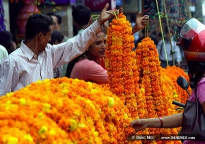 A vendor selling the garland at the central market place in Kathmandu on the occasion of Tihar, the second largest festival in Nepal. Photo:Flickr