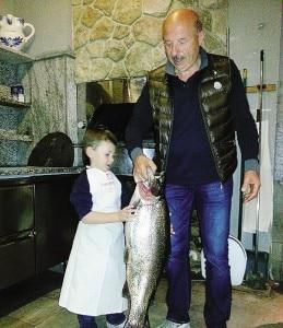 La trota da record pescata in Valchiavenna (Photo courtesy of La Provincia di Sondrio)