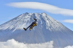 Yves Rossy, noto come Jetman, mentre vola attorno al Monte Fuji (Photo courtesy of REUTERS/Tokunaga/Breitling SA/Handout via Reuters)