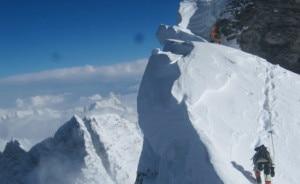 Fissaggio corde sull'Everest (Photo courtesy alpenglowexpeditions.com)