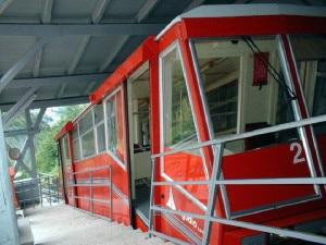 Vettura della Funicolare della Mendola ferma alla stazione a monte (Photo courtesy of Wikimedia Commons)