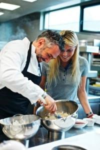 Roland Trettl e  Lindsey Vonn in cucina (Photo pagina Facebook Red Bull Creative)