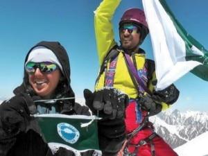 I fratelli Baig in cima all'Everest (Photo blogs.tribune.com.pk)