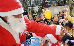 A Santa Claus distributing chocolates in Kathmandu. Photo NMF.