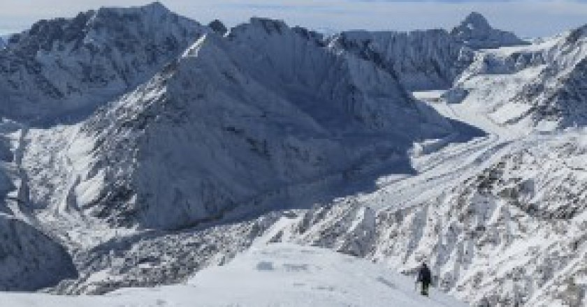 David-Göttler-sale-lungo-la-cresta-verso-C3-a-circa-6400m-foto-the-north-face-simonemoro-300x168.jpg