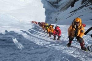 Coda in salita all'Everest 2(Foto Simone Moro)