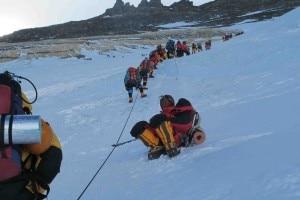 Coda in salita all'Everest (Foto Simone Moro)