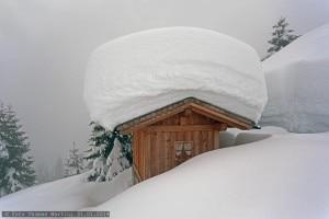 Photo of Oltre 3 metri e mezzo di neve: allarme per il crollo di tetti sulle Alpi