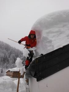 Uno dei problemi principali è l'accumulo di neve sui tetti (Photo courtesy of Cnsas Veneto)