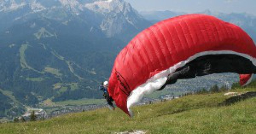 1280px-StartenderGleitschirmflieger-300x190.jpg