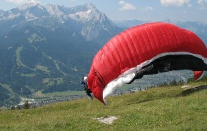 Pilota di Parapendio durante la partenza per il lancio (Photo Turelio courtesy of Wikimedia Commons)