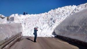 Photo of Imponente valanga a Passo Rolle, neve invade la strada