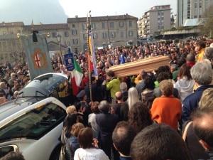Photo of Folla per Marco Anghileri: l'alpinismo e la città si stringono per l'ultimo addio
