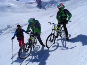 I bikers si consultano con una delle guide alpine che li ha accompagnati durante l'impresa (Photo courtesy of MbAventure)