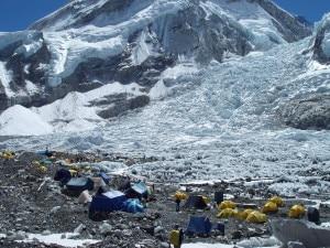 Photo of Everest, il giorno dopo: recuperato un altro corpo, si fermano tutte le attività alpinistiche