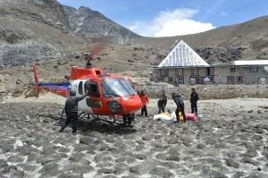 Folini e Verza depositano i rifiuti alla Piramide dell'Everest (Photo Maurizio Folini)