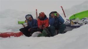 Sul McKinley - da sinistra a destra - Seb Montaz, Kilian Jornet e Vivian Bruche (Photo courtesy of Seb Montaz)