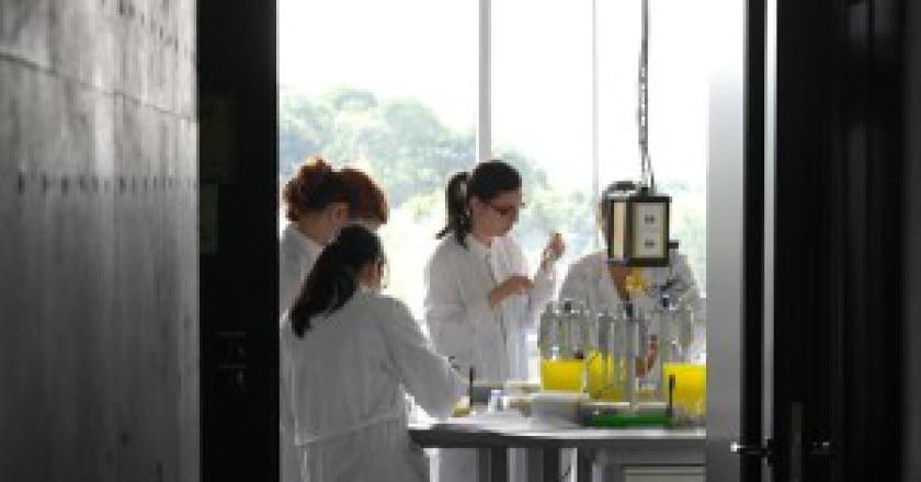 1280px-Noored_teadlased_biokeemia_laboris-300x200.jpg