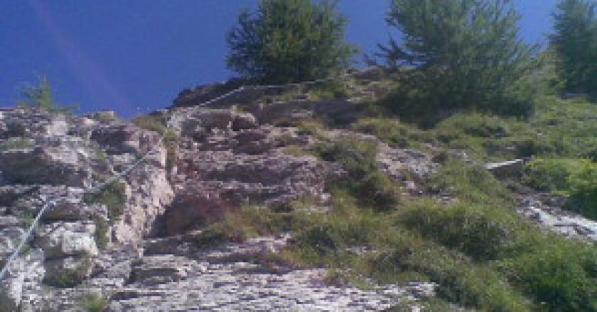 800px-Il_sentiero_attrezzato_del_monte_Peller-300x225.jpg