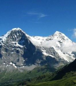 A sinistra l'Eiger e la nota parete nord, a destra il Mönch (Photo courtesy of Wikimedia Commons)