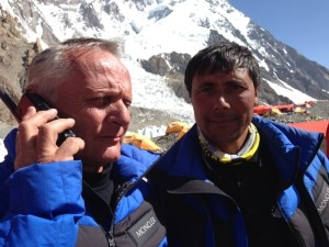 Agostino Da Polenza e Muhammad Taqi in collegamento con gli alpinisti in vetta