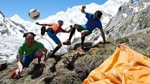 Photo of I Mondiali di calcio al Masherbrum: le foto di Lama, Auer ed Ortner al campo base