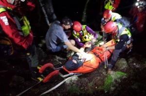 Photo of Malore in quota, soccorritori lo portano a valle in spalla con il buio e la pioggia