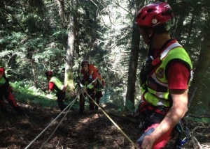 Photo of Lecco, padre e figlia in difficoltà nei boschi di Valmadrera