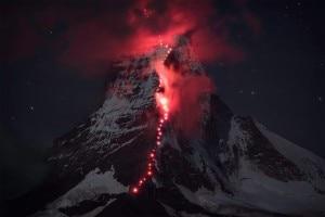 """Photo of Straordinario: Cervino,  la via svizzera si """"accende"""" di rosso nella nuova foto choc di Robert Bösch"""